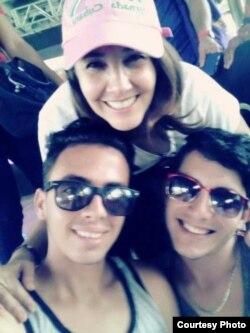 El Director del Proyecto Babel, Víctor Manuel Dueñas (izq.), su pareja, el activista LGBT Jancel Moreno (der.) y Mariela Castro, Directora del Centro Nacional de Educación Sexual.