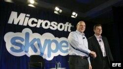Archivo - El director ejecutivo de Microsoft Steve Ballmer (a la izquierda) saluda al director ejecutivo de Skype, Tony Bates luego de que Microsoft comprara a Skype en San Francisco, EE.UU.