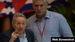 Raúl Castro (izq) junto a Miguel Díaz Canel, durante la inauguración del VII Congreso PCC.