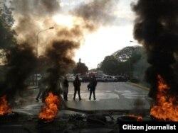 Los residentes de Barquisimeto aprovecharon la madrugada para levantar barricadas.