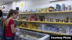 Una joven mira los productos a la venta en una Tienda Recaudadora de Divisas (TRD).
