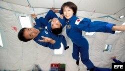 Fotografía de cortesía suministrada por la NASA,de la astronauta japonesa Naoko Yamazaki (d) junto a sus compatriotas Satoshi Furukawa (i) y Akihiko Hoshide (c) durante una actividad de entrenamiento en gravedad cero.