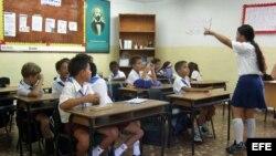 Fotografía de archivo de estudiantes cubanos en su aula.