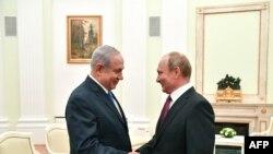 El presidente de Rusia, Vladimir Putin, saluda al premier de Israel Benjamin Netanyahu, en el Kremlin, Moscú, el 11 de julio de 2018.