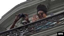 La cantante estadounidense Beyoncé (d) y su esposo, el rapero Jay-Z (i), en el Hotel Saratoga de La Habana (Cuba).