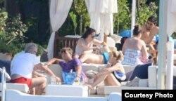 Antonio Castro, al centro, con camiseta púrpura, vacaciona en el balneario de Bodrum, Turquía