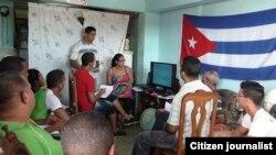 Reporta Cuba. Yusmila Reyba durante un taller impartido en julio de 2014 en Santiago de Cuba (UNPACU).