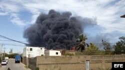 Vista general de la refinería de Amuay, que continúa ardiendo, en el Estado Falcón, Venezuela. y Minería, Rafael Ramírez, afirmó hoy que esperan poder sofocar en las próximas horas el fuego en esta refinería ubicada en el Centro Refinador Paraguaná (CRP),