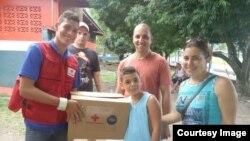 Cruz Roja de Panamá ayuda a migrantes cubanos.