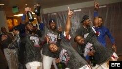 Jugadores dominicanos celebran su victoria en la final del Clásico Mundial de Béisbol contra Puerto Rico, en el AT&T Park, en San Francisco, California (EE.UU.).