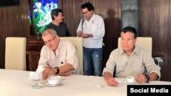 """La Interpol emitió una circular roja en contra del máximo líder del Ejército de Liberación Nacional (ELN), Nicolás Rodríguez, alias """"Gabino"""" (der.) por los delitos de reclutamiento ilícito y homicidio agravado."""