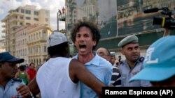 Escena de otro arresto tipo secuestro de Boris González Arenas, este el 11 de mayo en la marcha del orgullo LGBTI, en La Habana.