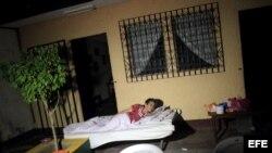 Una mujer permanece a las afueras de su casa en la localidad de Nagarote