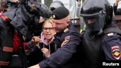 La policía detiene a la líder opositora Lyubov Sobol, en una manifestación del sábado 3 de agosto en Moscú. REUTERS/Tatyana Makeyeva.
