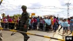 Familiares de presos de la cárcel de Uribana se manifiestan frente a miembros de la Guardia Nacional en los alrededores del penal , cerca a Barquisimeto, Estado Lara (Venezuela). Archivo.