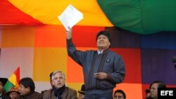 Fotografía cedida por la Agencia Boliviana de Información (ABI) que muestra al presidente de Bolivia, Evo Morales (c), que habló hoy, miércoles 1 de mayo de 2013, durante un acto con motivo de la celebración del Día del Trabajo