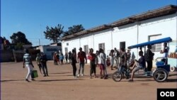 Viajeros esperan en la terminal de ómnibus de Güira de Melena.