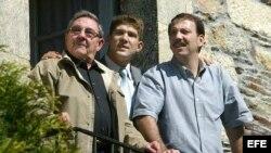 El general Raúl Castro Ruiz (i), acompañado por su hijo (d) y su nieto (c), en Galicia, España.