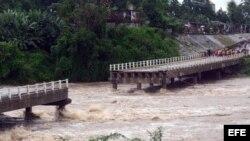 Fotografía del colapso de un puente sobre el río Zaza, destruido por la fuerza de las aguas