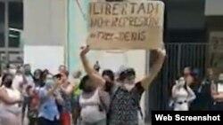 Luis Robles Elizástegui, el joven que protestó el 5 de diciembre con un cartel en La Habana en apoyo al Movimiento San Isidro.