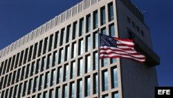 La bandera de Estados Unidos ondea en la embajada de ese país en La Habana.