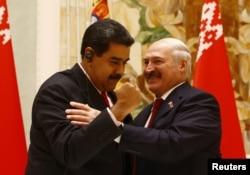 Lukashenko junto al gobernante venezolano Nicolas Maduro, en octubre de 2017.