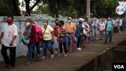 Cientos de nicaragüenses acuden a vacunarse contra el COVID-19. Foto Houston Castillo, VOA.