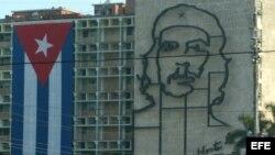 Imagen del Che Guevara en la fachada del edificio del Ministerio del Interior, en La Habana.