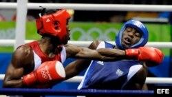 Yordenis Ugás (i) contra el francés Daouda Sow durante la semifinal de boxeo de los Juegos Olímpicos 2008 en China.