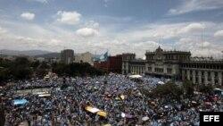 Miles de guatemaltecos participan en una manifestación contra la corrupción y le exigen al presidente Otto Pérez su inmediata renuncia.