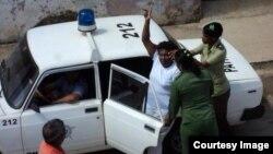 Foto de archivo. Una Dama de Blanco matancera es introducida en un carro patrullero.