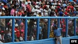Fanáticos esperan a que inicie el juego entre el equipo de Cuba y Tampa Bay en el Latinoamericano, en La Habana.
