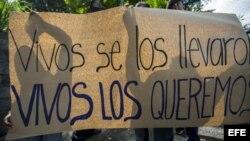 Plantón en cárcel de máxima seguridad por la liberación de jóvenes detenidos, en Managua.