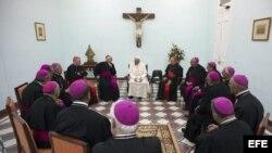 Foto Archivo. El papa Francisco durante una reunión con obispos en Santiago de Cuba el 21 de septiembre de 2015.
