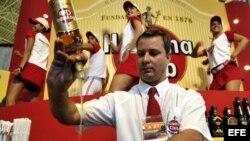 Cantinero cubano prepara trago con Havana Club (Archivo)