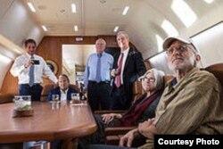 En el avión de regreso a casa, Alan Gross ve por TV la noticia de su liberación.