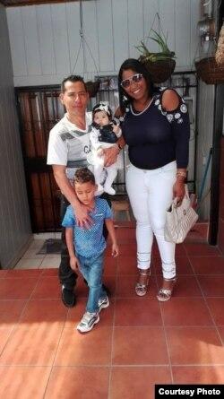 El costarricense Javier Araya con su esposa, Yadira despaigne y su esposa.