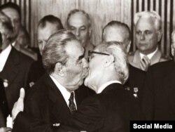 El Beso de dos dictadores: Brezhnev-Honecker