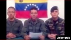 Militares venezolanos dan lectura a un comunicado en un video publicado en las redes sociales.