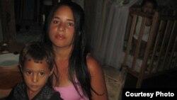 Leidys Espinoza Zamora con uno de sus hijos. Foto : Yunior Berges González