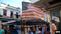 Una bandera estadounidense ondea en un bicitaxi hoy, lunes 14 de marzo de 2016, en La Habana (Cuba), a pocos días de la visita del presidente de EE.UU., Barack Obama. Una delegación de 23 miembros del Congreso de EE.UU., entre los que destaca la líder dem