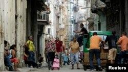 Vida diaria en una calle de La Habana Vieja. (REUTERS/Desmond Boylan)