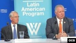 De izq. a der. los congresistas Francis Rooney y Albio Sires. Foto Michelle Sagué.