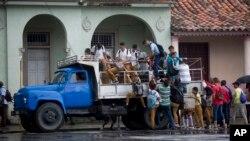 A la escuela en camiones y coches