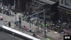 Vista general del lugar donde se registraron dos explosiones cerca de la línea de meta del maratón de Boston, Massachusetts.