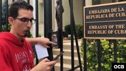Roberto Quiñones hijo en la embajada de Cuba en Washington. Foto Michelle Sagué.