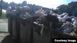 Contenedores desbordados de basura en las calles de Santiago de las Vegas