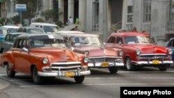 """""""Almendrones"""" americanos de los años 50 aún ruedan en Cuba."""