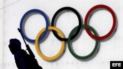 Un atleta pasa por delante de los aros olímpicos.