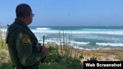 Un oficial de la Guardia Costera de Estados Unidos vigila un área de Las Tuinas del Faro, Aguadilla, Puerto Rico.